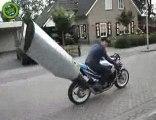 Une moto avec un pot d'échappement surdimensionné !
