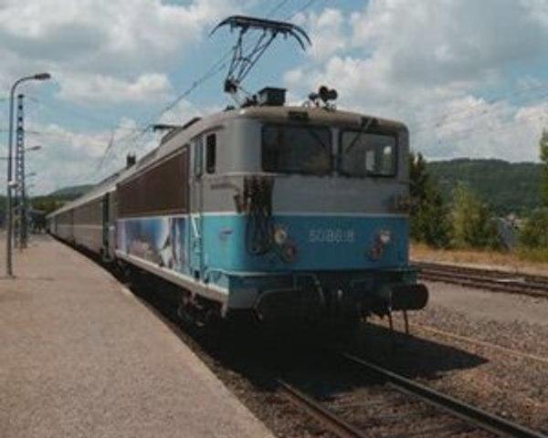 """La BB 8618 sur l'""""Aubrac Express"""" en gare de Neussargues"""