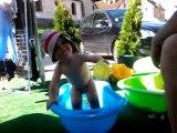 26 juin - Axel joue à l'eau