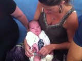 Ysaline au biberon dans les bras de sa Maman