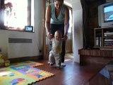 premiers pas d'eliot en tenant les mains de maman