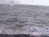 Des vagues qui cassent sur les rochers
