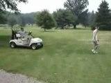 Une façon de monter dans une voiture de golf