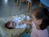 Emma joue avec Dorian