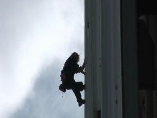 Alain ROBERT escalade la tour Ariane