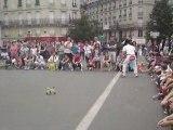 Clown parisien fait des acrobaties sur des vélos