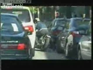Brad Pitt cade dalla moto per sfuggire ai paparazzi