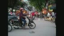 Dans les rues à Hanoï