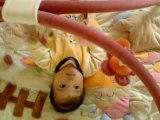 julie sur son tapis d'éveil