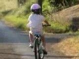 jeanne apprend le vélo