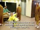 Moine Shaolin en équilibre sur deux doigts