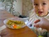 Antonin mange tout seul