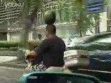 Rouler en Scooter avec une Pastèque sur la tête