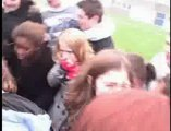 Un accouchement filmé dans une cour d'école