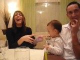 bébé joue avec l'iPhone suite et fin