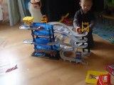 coco joue au garage