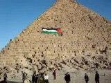 drapeau palestinien sur face pyramide de Gizeh