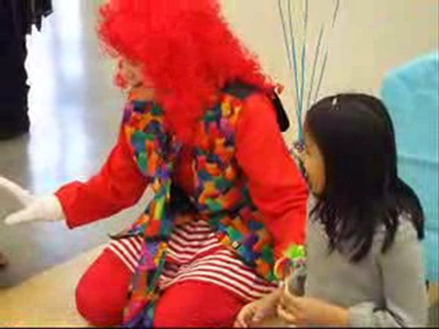 EntertAIner cLOWn wiTH roBOTs bRIngs teArs of haPPiness to d