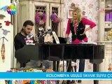 Ismail YK - Piyano ile Nerdesin şarkısını söylüyor [Deryalı