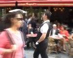 Sylvio Bolinio, le mime suiveur des Champs Elysées