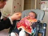 mathilde mange son premier petit pot !!!!