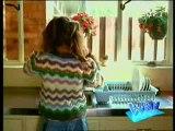 La fille de Régis fait la vaisselle