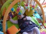 Alana joue dans son parc