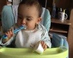 Je mange tout seul: 16 mois