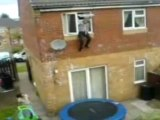 Régis saute depuis sa fenêtre sur un trampoline