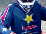 Saut en descente moto cross 125sX