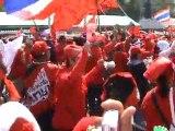 Les Rouges sous un soleil de plomb sur l'avenue Rachadamnoen