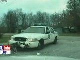 chien qui attaque une voiture de police