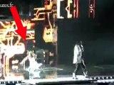 Fergie des Black Eyed Peas tombe en direct