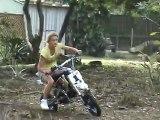 Encore une blonde sur une moto