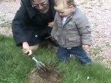 un peu de jardinage chez grand papi et grand mamie