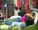 Veronica e Sarah si baciano