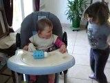 clara joue avec sa soeur