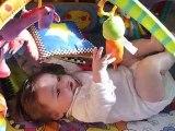 Anouk joue dans son parc