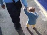 Liam Denis dans la rue-1er pas