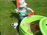 Mathieu joue dans le bac à sable (avril 2010)