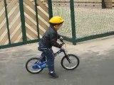 Erwan qui fait du vélo sans petites roues