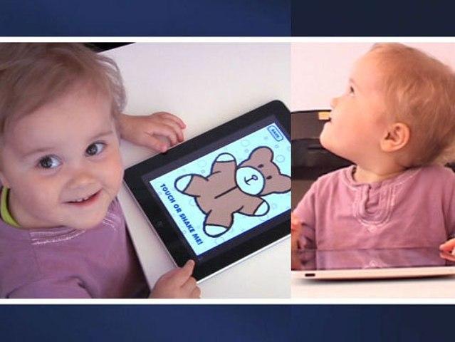 Clémentine découvre l'Ipad à 20 mois