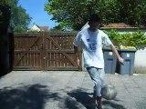 moi qui jongle avec une balle de foot