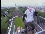Taig Kris saute en roller du premier étage de la Tour Eiffel