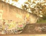 Salto estremo dal muro alla rampa con lo skate