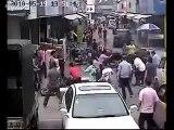 Voleurs de sac a main poursuivis et frappés par la foule