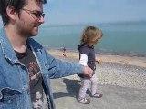 Normandie -  Lilith se balade au bord de l'eau avec  papa