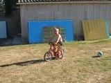 Lulu fait du vélo.... sans roulettes !