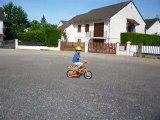 Théo fait du vélo tout seul (juillet 2010)