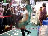 Danse au stand Nico Nico Douga